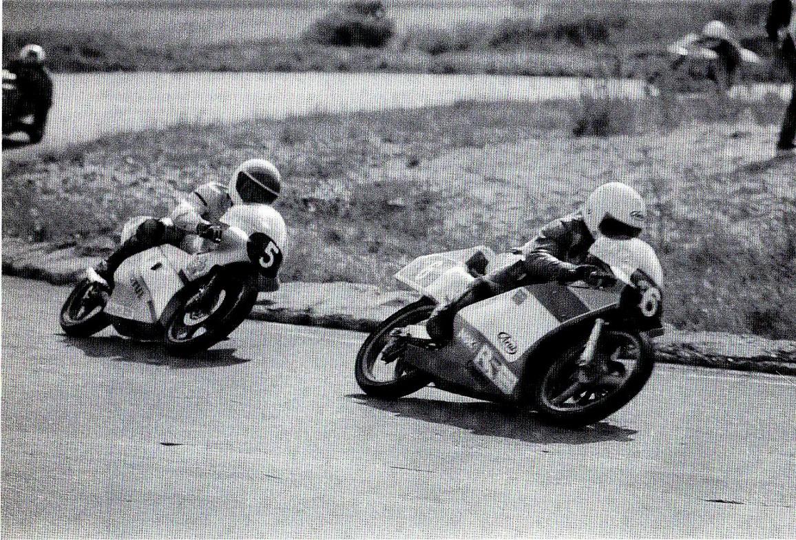 Sejrherren i 125cc klassen Håkan Olsson med nr. 6 foran Hasiane Bady, Algeriet. Alstrups bog.
