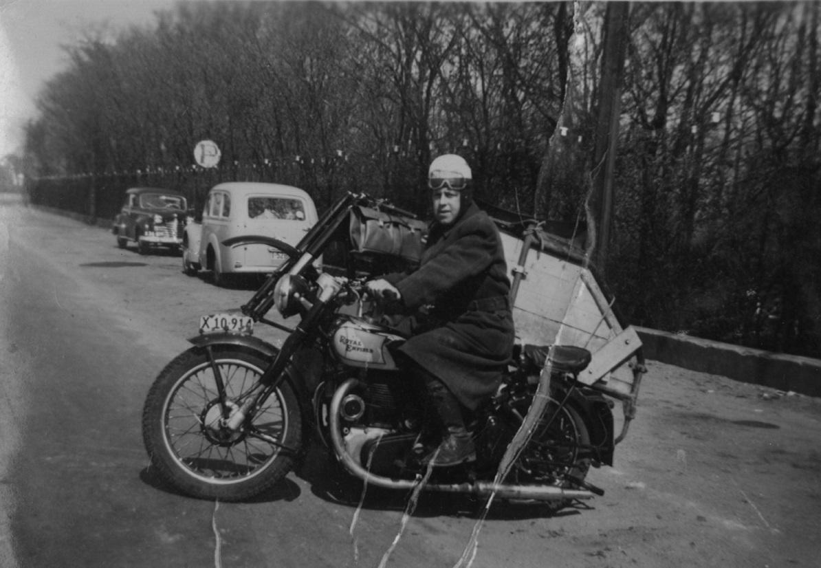 "Muligvis stammer dette billede fra vores arkiv også fra denne tur. Det er Harry B. Andersen ""Putimut"" med en adskilt sidevognscykel på vareladet."