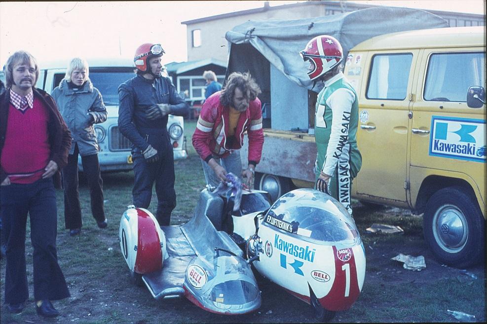 John Steffensen havde bygget denne fine racer med Kawasaki motor. Her ses han th, Ole Møller tv, i midten Jan Mikkelsen.