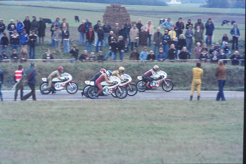 Start i 350cc klassen. Nr. 8 er Børge W., nr. 2 Chris Fisker. Imellem dem Erik Andersson og Leif Gustavsson. Nr. 27 er Ingemar Larsson.