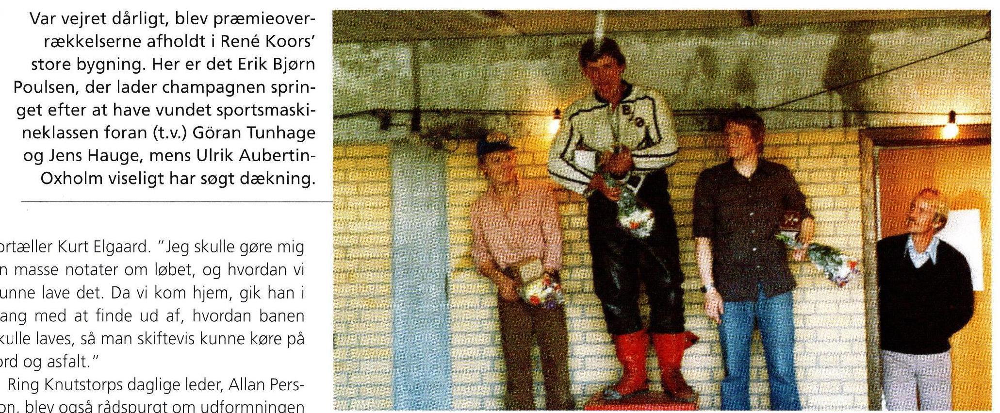 """Fra Alstrups bog. Vindertrioen i Sportsmaskineklassen. Erik Bjørn Poulsen """"Feddert"""" vandt foran Göran Tunhauge tv og Jens Thorup Hauge th. Løbsarrangør Ulrik Aubertin Oxholm ser til."""