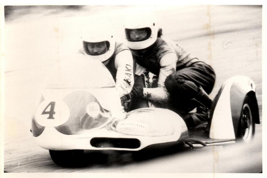 """John Steffensen havde igen fået ny racer, denne gang med Yamaha motor. Henning Mikkelsen """"Fessor"""" havde afløst Ole Møller i kassen. Ernst Trap tog dette billede af parret."""