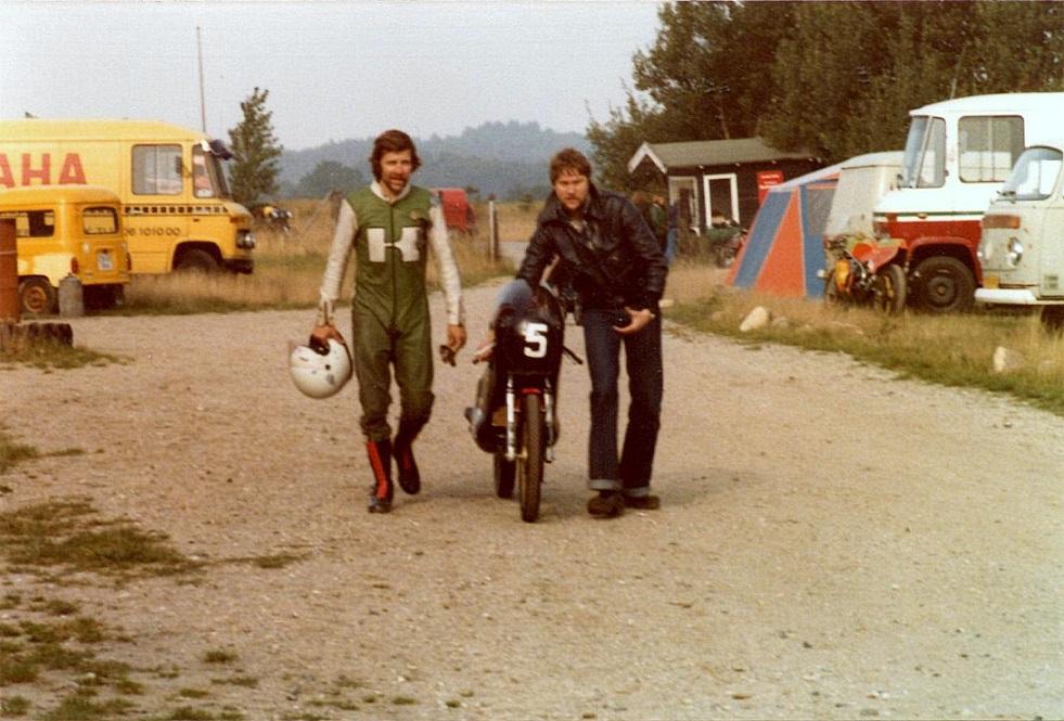 Ole Møller kørte i 125cc klassen på sin OSMA racer, som han lavede sammen med Svend Andersson. OSMA står for Ole Svend Møller Andersson