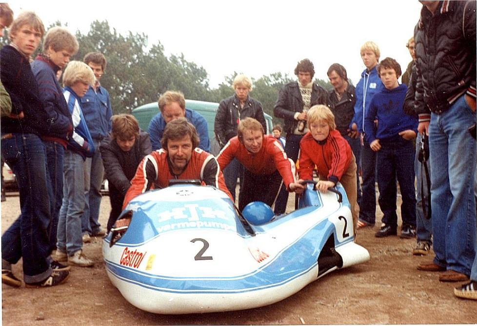 Ole Møller og Alex Hasager havde i løbet af 1981 bygget denne fine racer i en Jan Mikkelsen ramme. den blev færdig sidst på året og var med i et par løb, bl.a. her i DM-finalen på Ring Djursland.