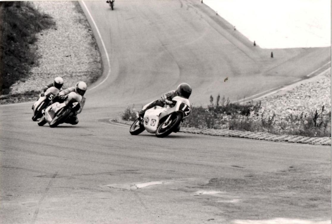 Flemming Kistrup på vej mod sejren i 125cc. Her foran Håkan Olsson og Robert Milton.