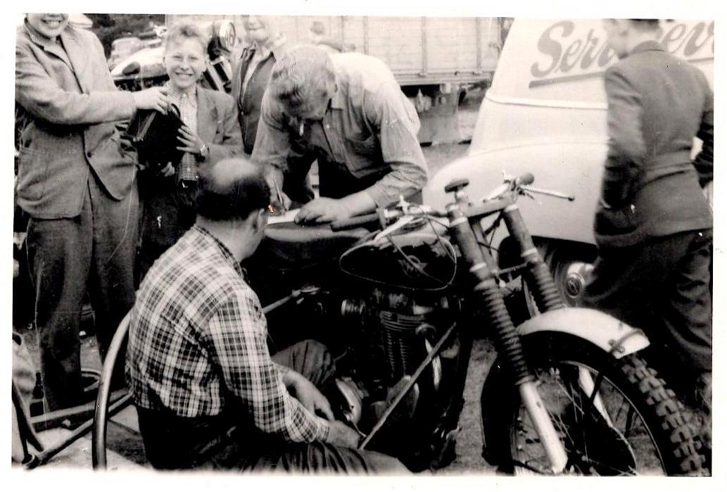 Knud Nielsen tv og Harry Pedersen skruer på en af cyklerne, nok den Carlo Sejer kørte.