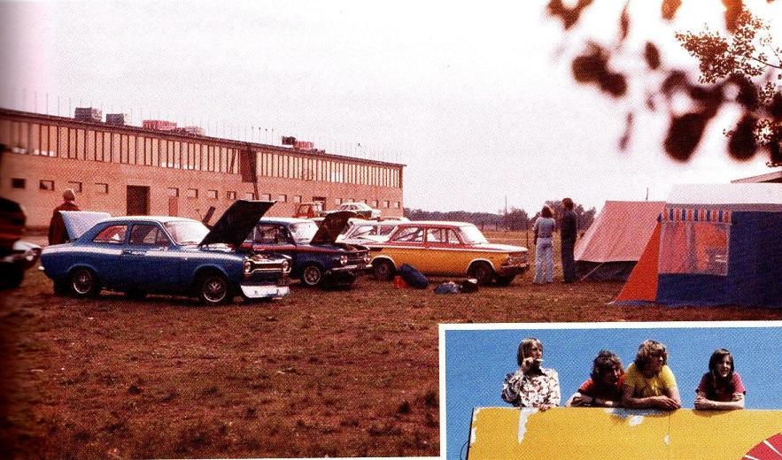 Det var Koors, der i 1974 opførte den imponerende gule bygning, som stadigvæk er grundstammen i de mange bygninger, der kom til siden. I den 72,5m lange og 16m brede bygning indrettede Koors dæklager i stueetagen, mens der blev kontorer, toiletter, cafeteria og en privatafdeling med soveværelse til Koors og hans hustru Colette på 1. sal. På taget kunne publikum i en bredde af et par meter følge løbene bag et rækværk.