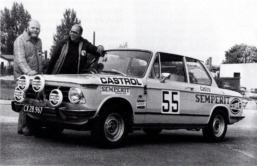 René Koors ses her til højre sammen med rallykøreren Poul Christian Olsen. Læg mærke til Semperit logoerne.