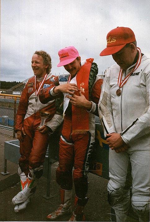 DM-vinderen Anders Rasmussen omgivet af toeren Claus Wulff og treeren Rene Prang. Img1
