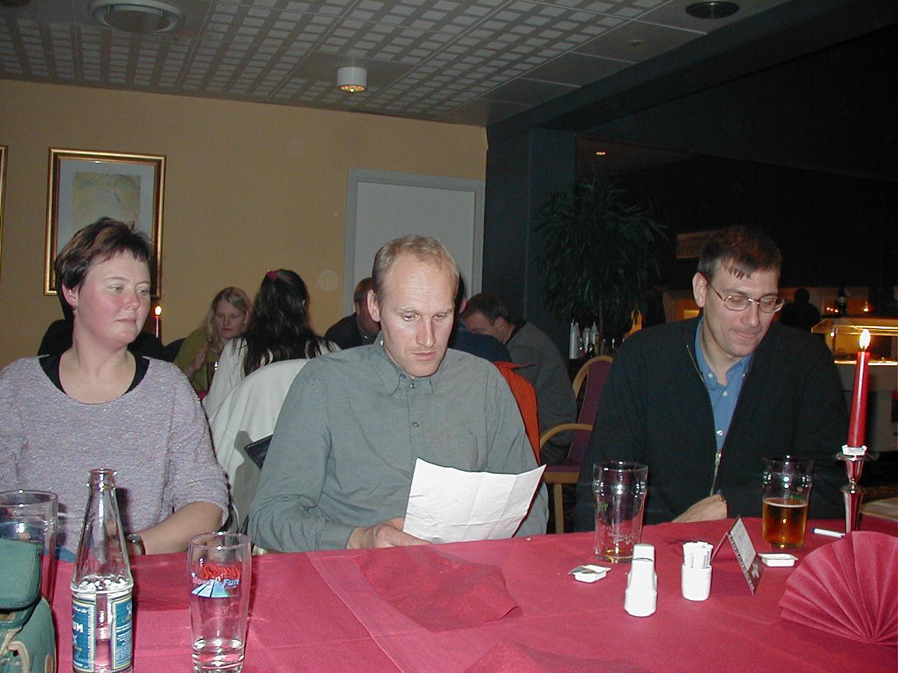 Efter sin aktive karriere tog Bo en tørn som leder og official. Han ses her i midten med fru Jette tv og Jan Eriksen th.  Lejligheden var en dinner-bowlingaften for klubbens udvalg i 2001.