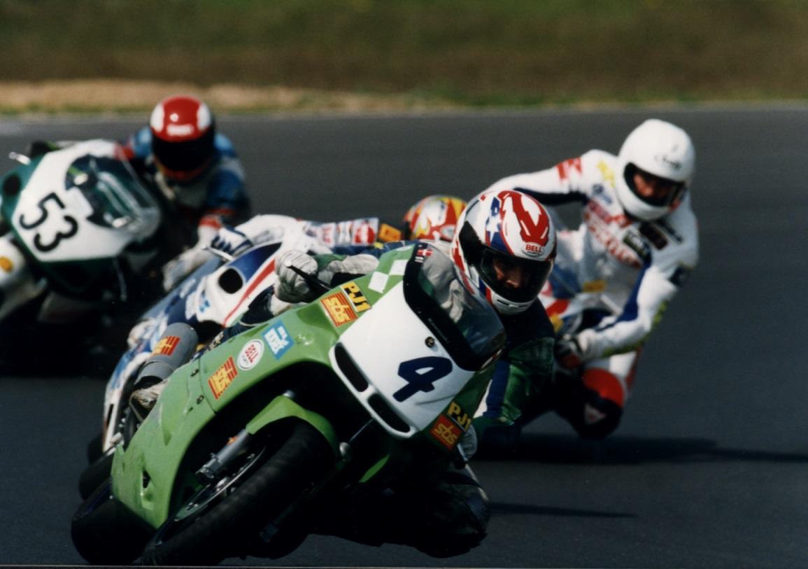Her ses Bo i aktion forrest på Kawasaki i 1997. Bo var en dygtig kører, der var blandt de forreste i DM, hvor han som regel kørte 600 Supersport.