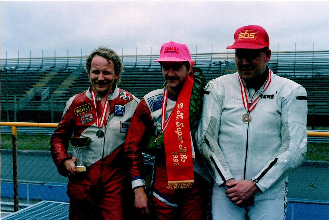 DM-vinderen Anders Rasmussen omgivet af toeren Claus Wulff og treeren Rene Prang. Img2