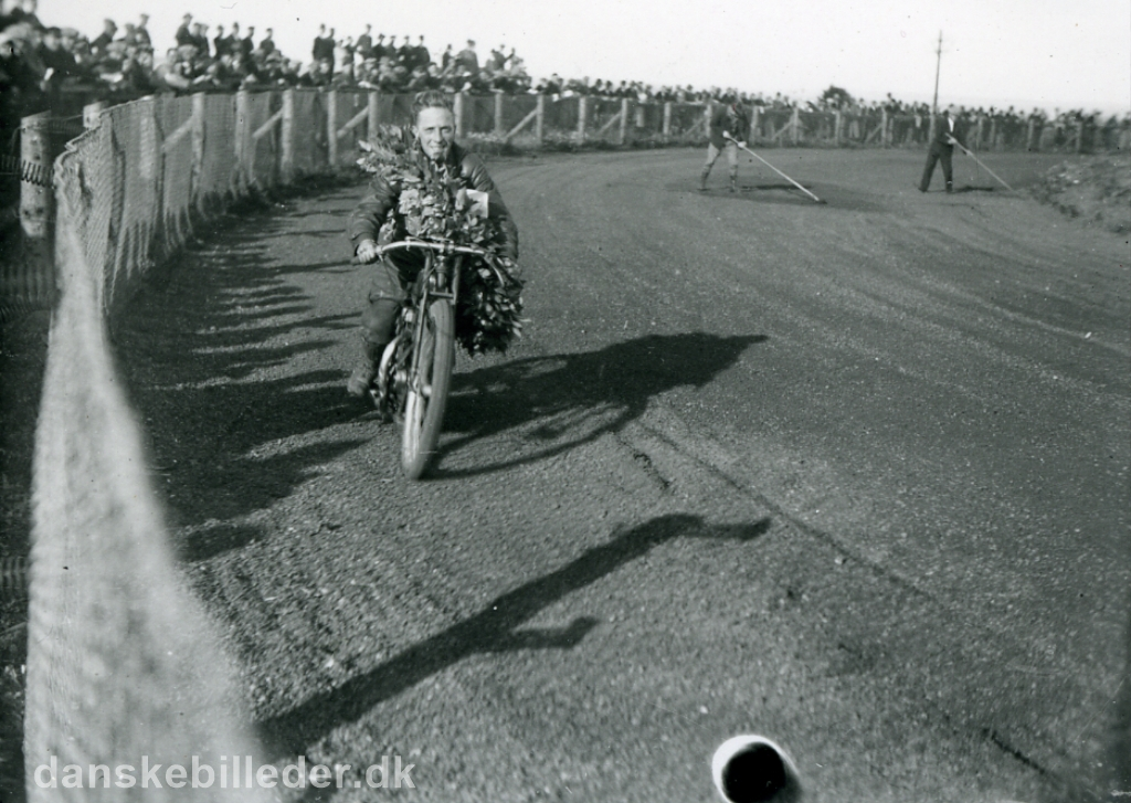 Aarhus Dirt track sept. 1933. Carl Hansen er kåret som Jydsk Mester.