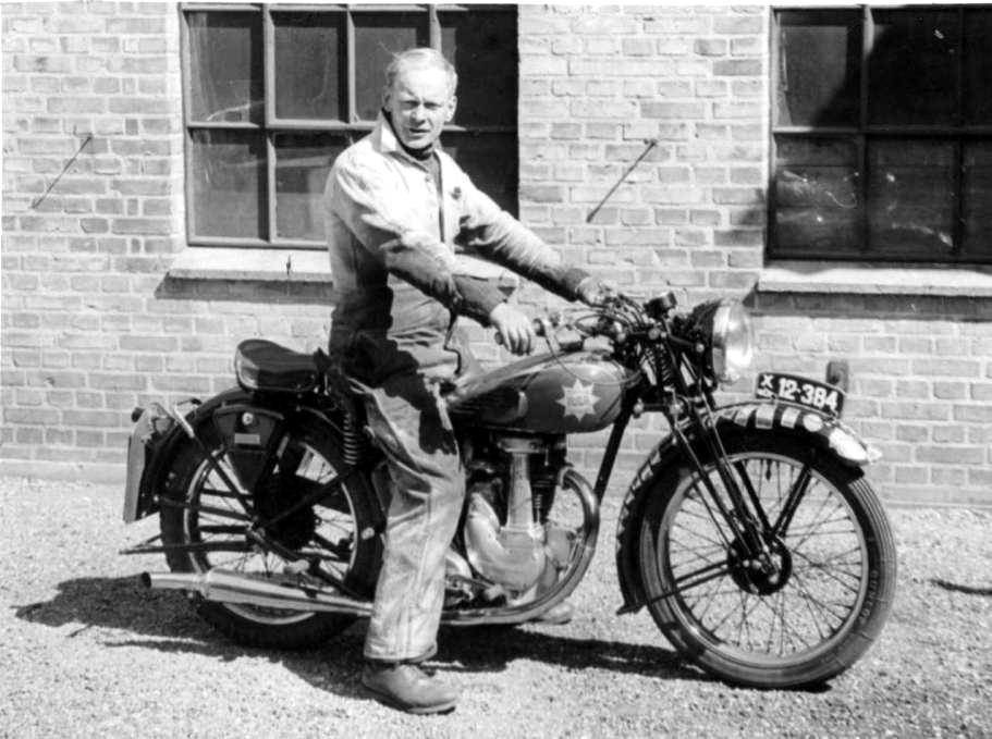 Erling Pedersen på sin elskede 250cc BSA. Billedet er taget ved værkstedet på Brendstrupvej først i 50´erne.