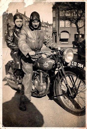 Erling Pedersen formodentlig med Jonna på bagsædet.