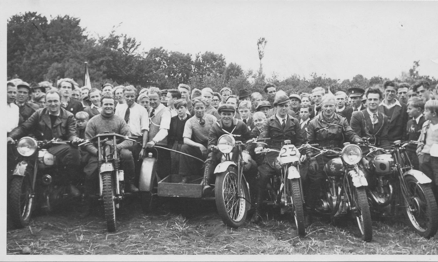 Erling kørte også solo og vandt 250cc klassen. Dagens vindere fra venstre Knud Nielsen, Josef Koch, N.O.Jensen, Gunnar Laursen, Erling og Tage Sørensen, Djursland MK.