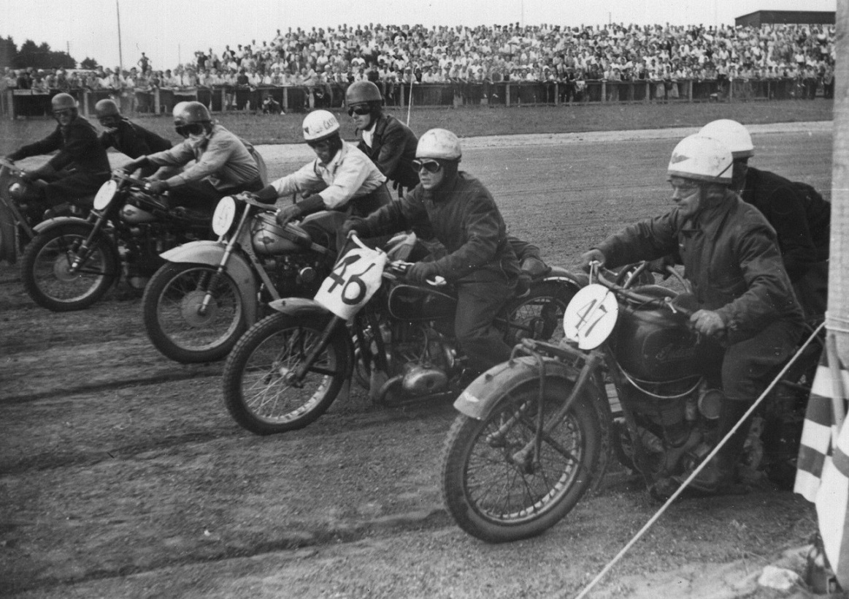 Samme start. Chr. Jørgensen nr. 2 fra venstre. Med nr. 46 er det Thorkild Sørensen, der blev mester i begge sidevognsklasser.
