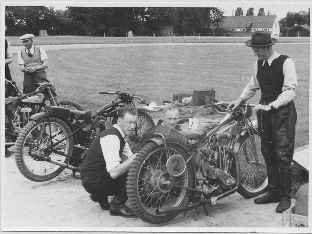 Erling havde meget med Bent Jensen at gøre. Her er han mekaniker for Bent ved DM på Charlottenlund Travbane i 1948. Bent med blød hat th. Erling bag cyklen med Victor Simonsen, Aalborg tv.