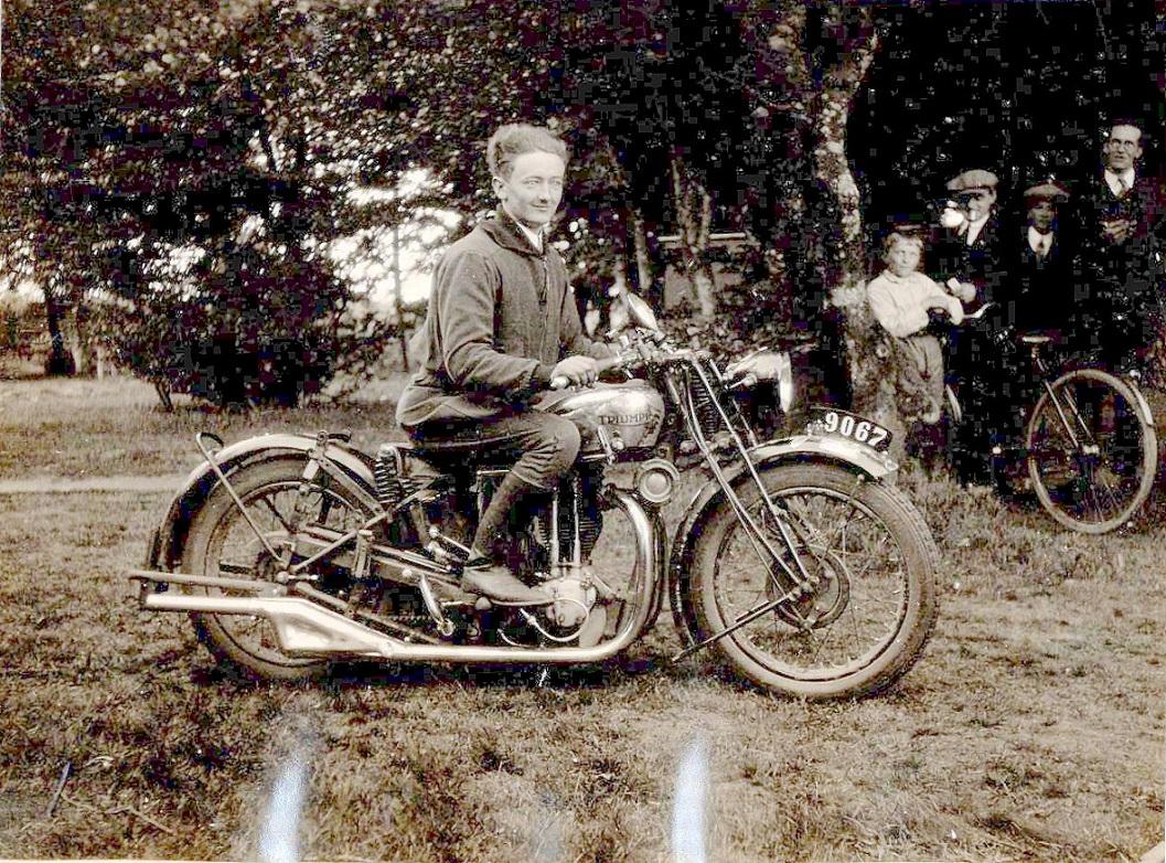 Chr. Lindberg kørte Triumph i det meste af sin karriere. Her ses han ved Sports Motor Klubben Aarhus såkaldte Motorstævne ved Velling Koller Kr. Himmelfartsdag 1930, hvor alle JMU klubber kunne deltage. Chr. Lindberg vandt bakkeprøven i 5HK klassen.