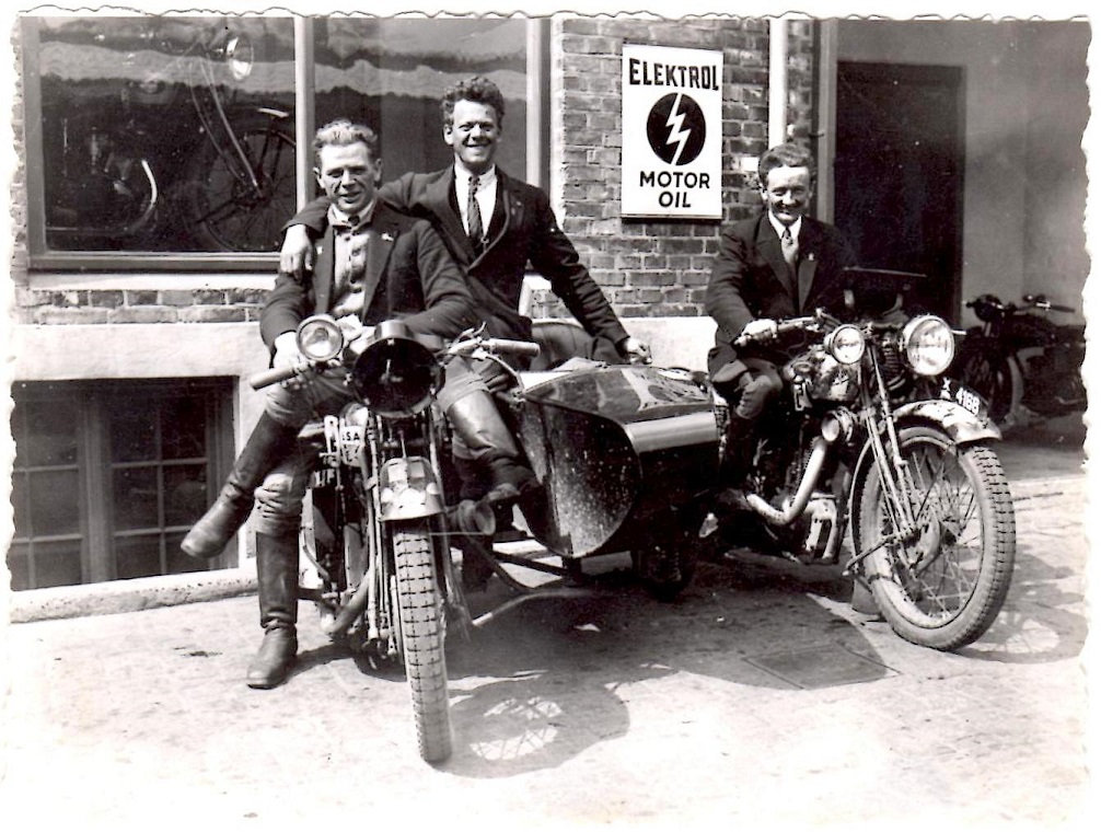 Lindberg var en tid i Silkeborg. Billedet er nok fra den tid. Det er Peter Franck, Silkeborg i midten, Lindberg th.