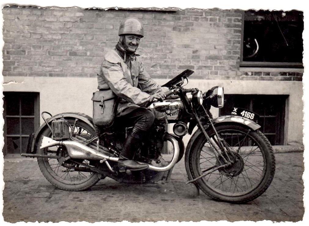 Dette billede er sikkert taget for at blive brugt i Triumph forhandler Peter Laursens annonce efter Lindbergs sejr i Dunlopløbet 1931. Under Dunlopløbet kan annoncen ses.