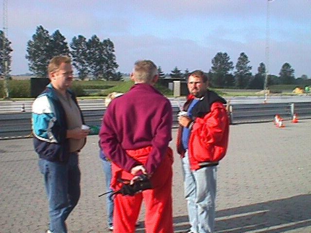 Topmøde. Krause med ryggen til får sig nok en støjmålersnak med John Klint tv og Arne Christiansen.