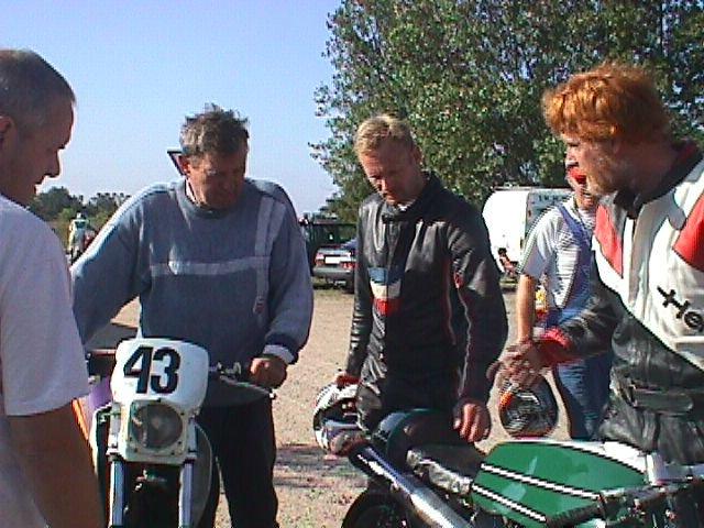 En gammel kending i AMK dukkede op. Ole Hald var mekaniker for sin søn Niels Ole, der kørte Super Single med nr. 43. Han blev nr. 2.