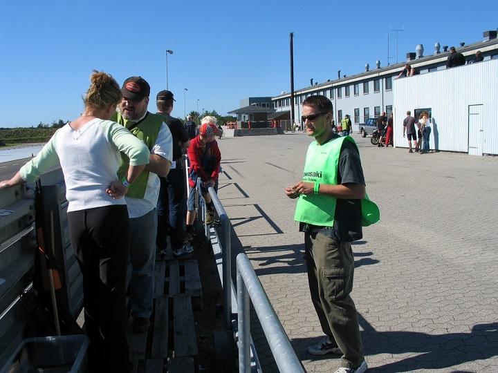 Rete og Kaj Lehmann får sig en snak, mens Mark Krause-Kjær th hører på.