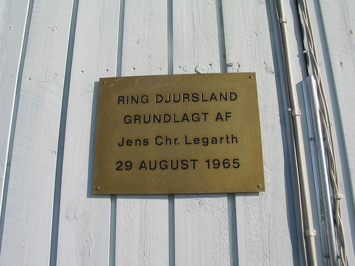 Mindepladen for Ring Djurslands grundlægger  og det første løb
