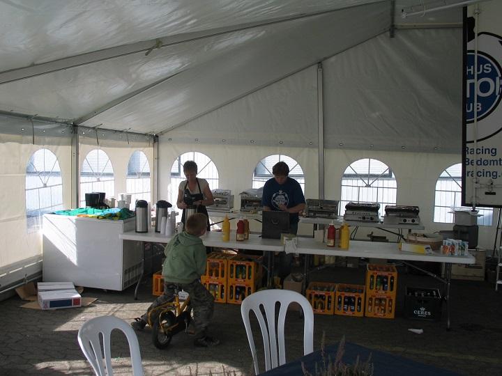 Forplejningszonen i det nye AMK-fortelt. Jette Andersen og Heidi gør klar