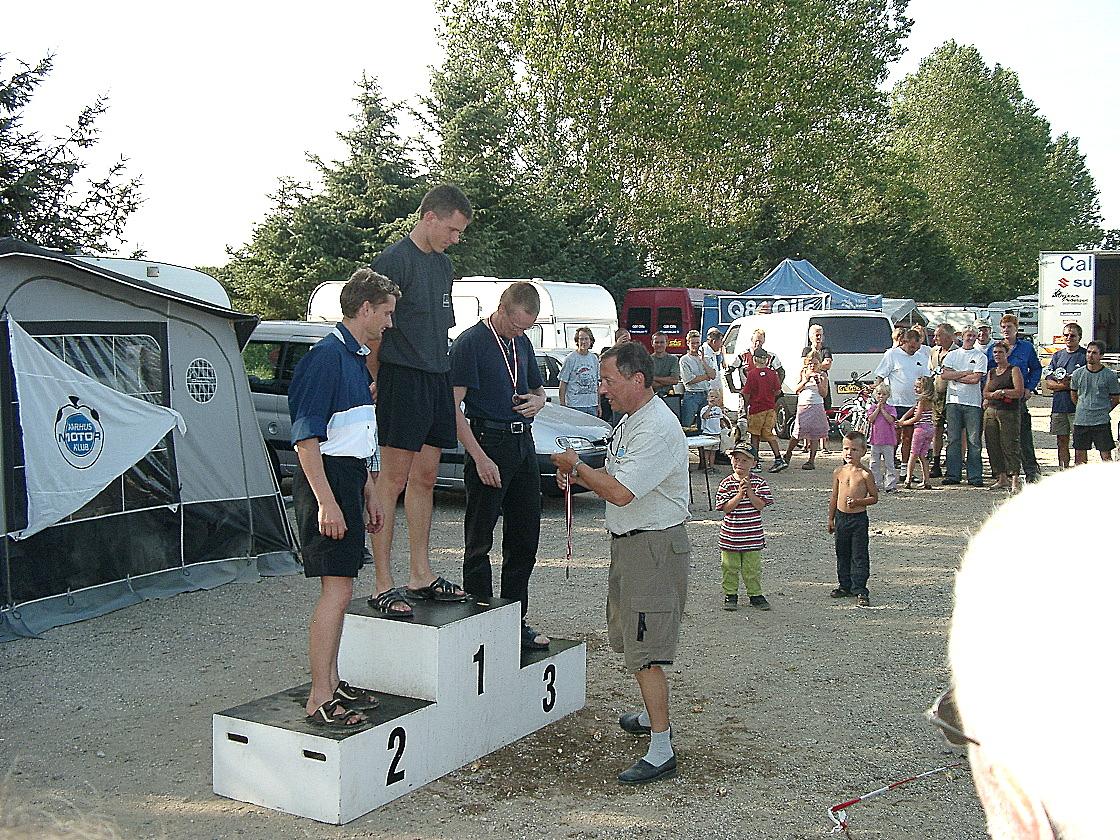 Løbet var sidste afd. af DM, så mestrene blev fejret. DM 125cc Steven Tirsgaard, nr. 2 Ole Gram, Ulrik nr. 3. Bent Andersen deler plaquetter ud. Img 1