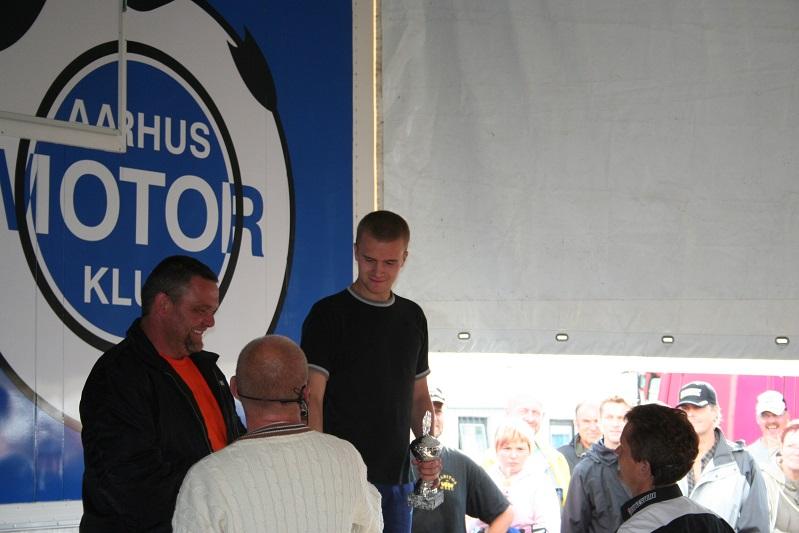 Speaker Bo Caspersen med ryggen til i lys trøje. Heini Guttesen vandt den anden Rookie II klasse foran Henrik Wadsager tv