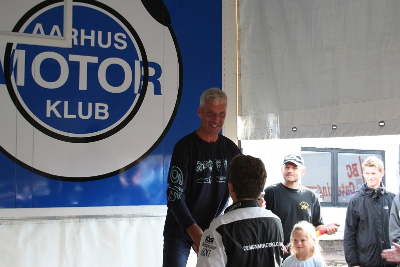 Lars Sandberg er kaldt frem, sikkert for at få sin 3. præmie i Rookie II klassen. Uffe Christensen th kikker på