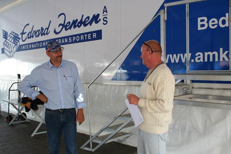 Stævneleder Jan Eriksen i snak med speaker Bo Caspersen. Bemærk AMK´s flotte trailer, der er bemalet Edvard Jensen. Traileren var lejet ud til en tur til Le Mans. Da den blev afleveret, så den sådan ud. Magen til frækhed. Formand Bent prøvede at få erstatning til omlakeringen, men så vidt jeg husker, lykkedes det aldrig.