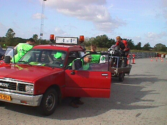 Banetjenesten i funktion. Jan Eriksen på vej ud af bilen.