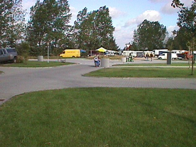 Blik mod rundkørslen og ryttergårdsarealerne.
