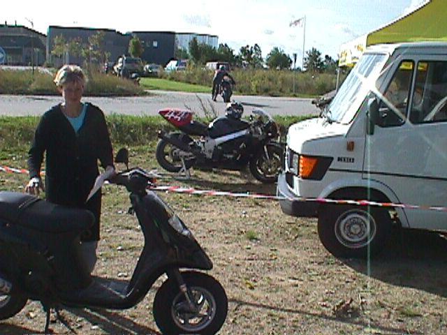 Anne Mette Sowinski var sekretær og gjorde brug af scooter over de pæne afstande.