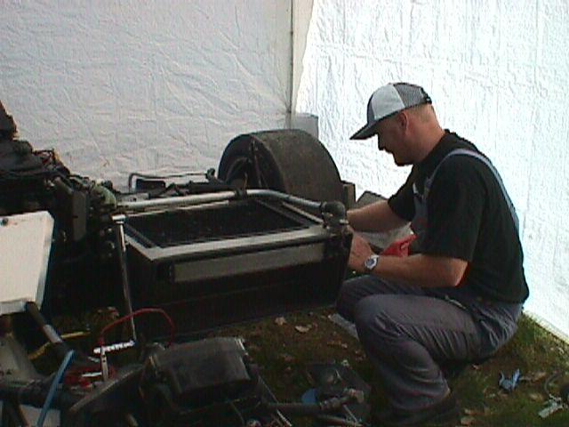 Poul Nyrup skruer på Bent Møllers sidevognscykel.