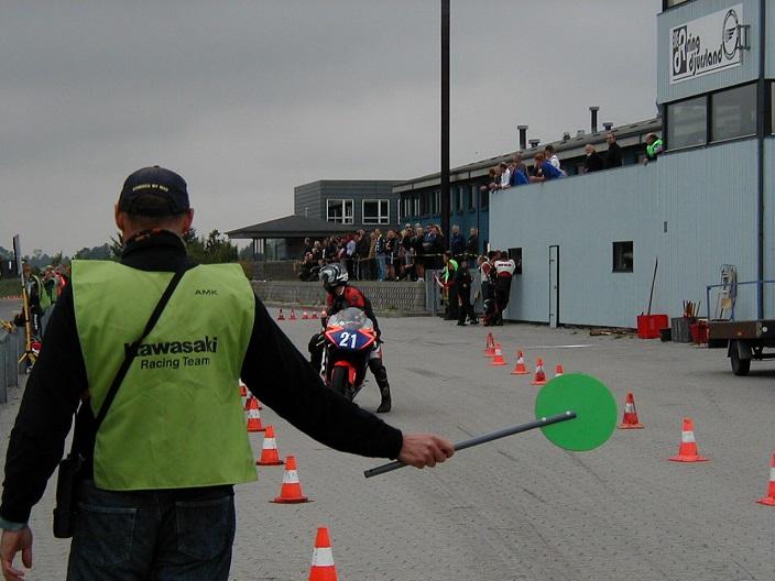 """Pit-official Ib Friis i aktion med """"Slikkepinden""""."""