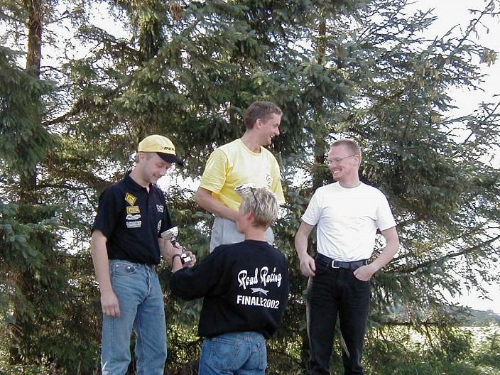 Ole Gram vandt 125cc Racer foran Lars Ib Kristiansen tv og Ulrik Hasager. Anne Mette deler præmier ud.