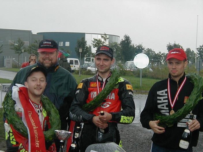 En stolt Henning Kjeldgaard med Yamahas tre danske mestre. Lars Ib Kristiansen 125cc Racer tv, Søren Hole og Nicolai Sørensen.