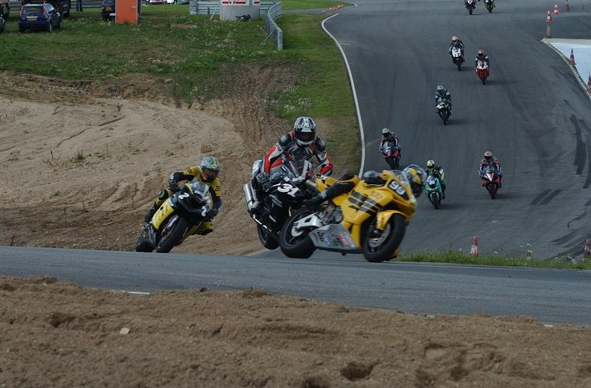 Steven Tirsgaard kommer nok for stejlt ind i kurven og rammer Nicolai Sørensens baghjul