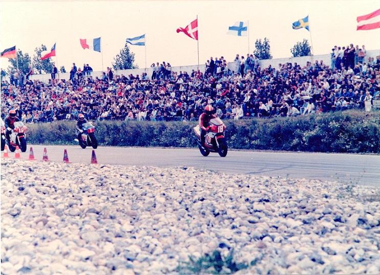 Ring Djursland 2. int. løb 85 aug. Chris med nr. 18 vandt stor debutant. Bemærk flag og mange tilskuere.
