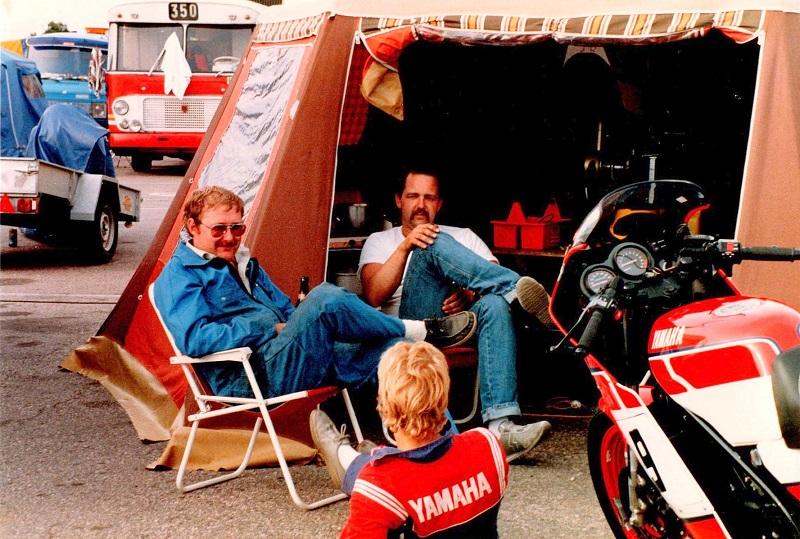 Depothygge Anderstorp Tonni og Tommy slapper af, Chris med ryggen til.
