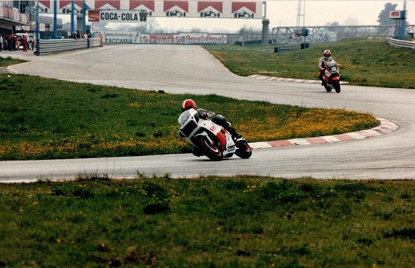 Chris testede den nye FZR750cc ved DMU´s træning på Misano-banen ved Rimini i april. Her ses han i svinget efter pitlangsiden.
