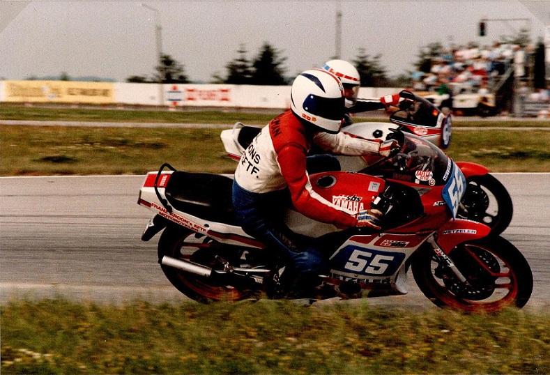 Ved bil-mc løbet på Jyllands-Ringen i august kørte Chris med nr. 55. Det er Anders Skov på ydersiden. Disse to havde en jævnbyrdig fight med Klavs Lyngfeldt indtil de væltede sammen. De var dog så langt foran de øvrige, at de alligevel blev nr. 2 og 3 da de havde fået samlet cyklerne op igen.