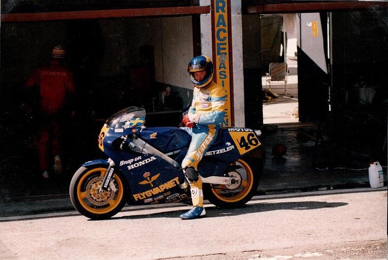 Stadig Jarama. Chris gode ven Peter Lindén kørte 500cc Honda