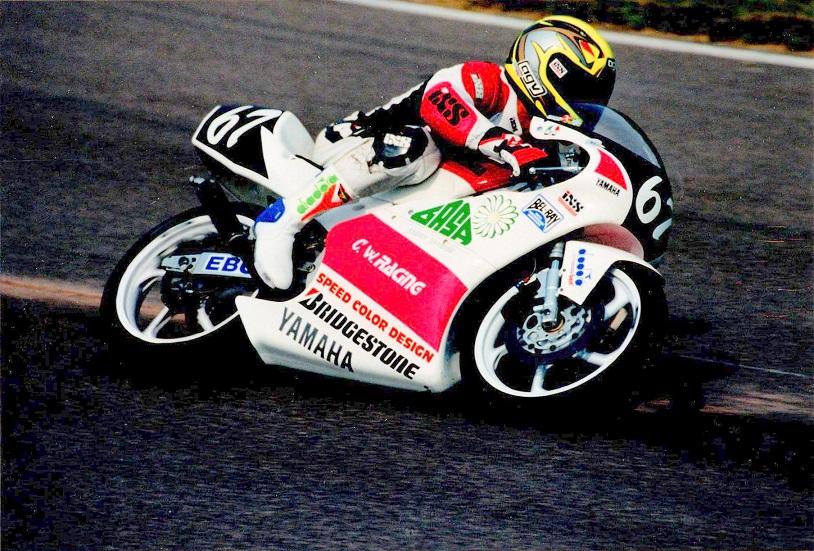 EM Nurburgring 95. Chris kørte da Yamaha 125cc racer i et team oprettet af Claus Wulff. Man ser tydeligt C.W. Racing på kåben.