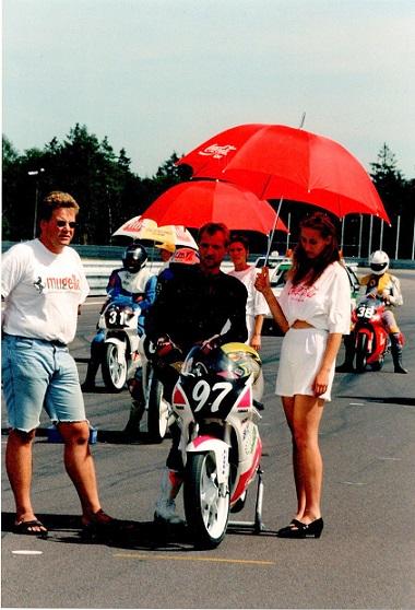 Før EM-løbet i Brno 95 kørte mange danskere med i tjekkisk mesterskab på samme bane. Her Chris med nr. 97. Henrik Jørgensen tv