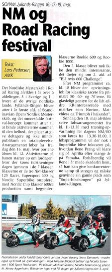 """Motorbladet maj 2003 med omtale af det kommende løb på Jyllands-Ringen. Løbet skulle bl.a. indeholde en afd. af den nystartede serie """"Den Blå Avis MC600 Challenge"""". En pressedag blev holdt inden for at præsentere serien, og her benyttede Chris også lejligheden til at præsentere det nye tiltag DRRT. Udover at skulle deltage i 250cc EM med trecykler deltog DRRT også med to kørere Nicolai Sørensen og Michael Selmar i de afdelinger af Challenge, som ikke kolliderede med EM-datoer."""